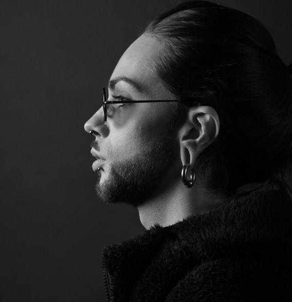 Profil à la boucle - Nelly Zurabian